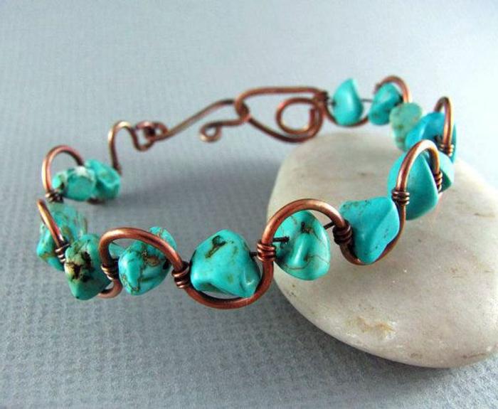 bracelet-en-cuivre-turquoises-et-fil-de-cuivre-tordu