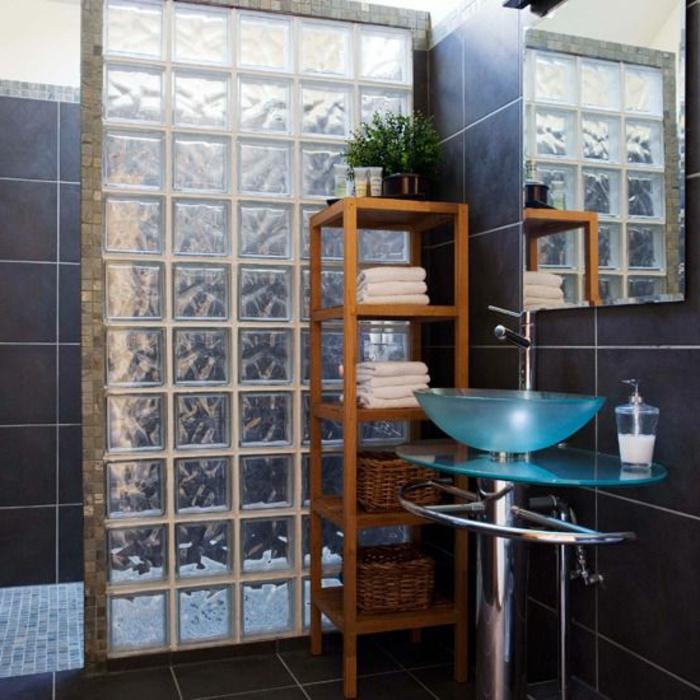 Mettons des briques de verre dans la salle de bains for Comment fixer une colonne de salle de bain au mur