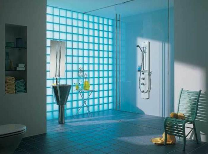 Mettons des briques de verre dans la salle de bains - Salle de bain mur bleu ...
