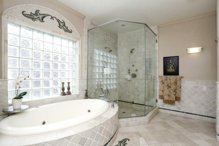 briques-de-verre-grande-fenêtre-en-carreaux-de-verre-et-grande-baignoire-ovale