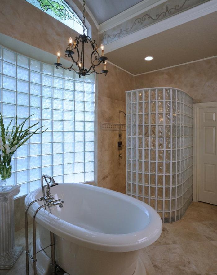 briques-de-verre-idées-déco-pour-la-salle-de-bains-grande-fenêtre-et-parois-avec-briques-en-verre