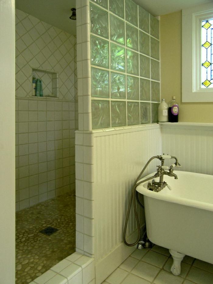 exceptional salle de bain avec baignoire et douche 2 briques de verre paroi de douche en verre. Black Bedroom Furniture Sets. Home Design Ideas