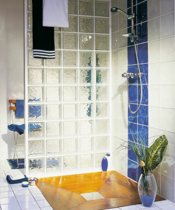 Mettons des briques de verre dans la salle de bains for Paroi de douche originale