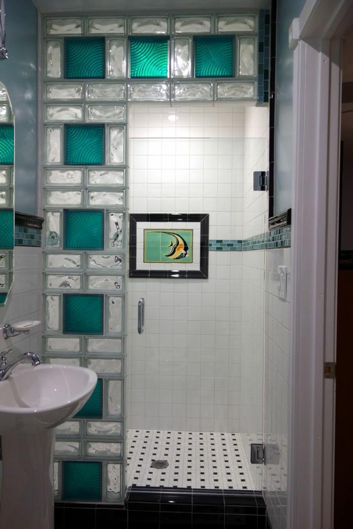 Mettons des briques de verre dans la salle de bains for Deco mur de salle de bain