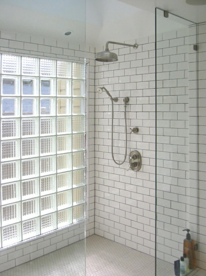 Mettons des briques de verre dans la salle de bains for Salle de douche 6m2