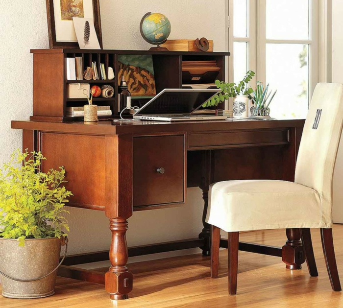 bureau-en-bois-massif-étagères-ouvertes-et-grande-chaise