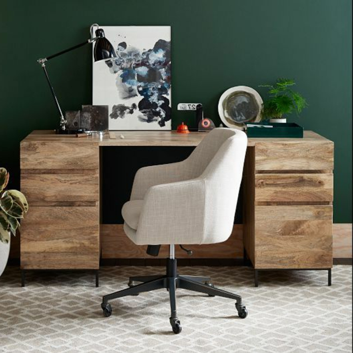 bureau-en-bois-massif-design-original-moderne-une-chaise-en-couleur-claire