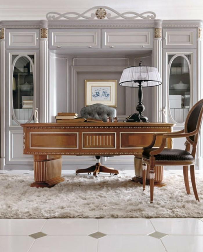 bureau-en-bois-massif-placé-au-centre-de-l-intérieur-vintage