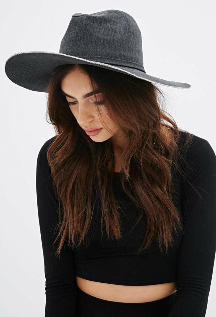 capeline-chapeau-noir-comment-l-accessoiriser-capeline-noire-cheveux-longs