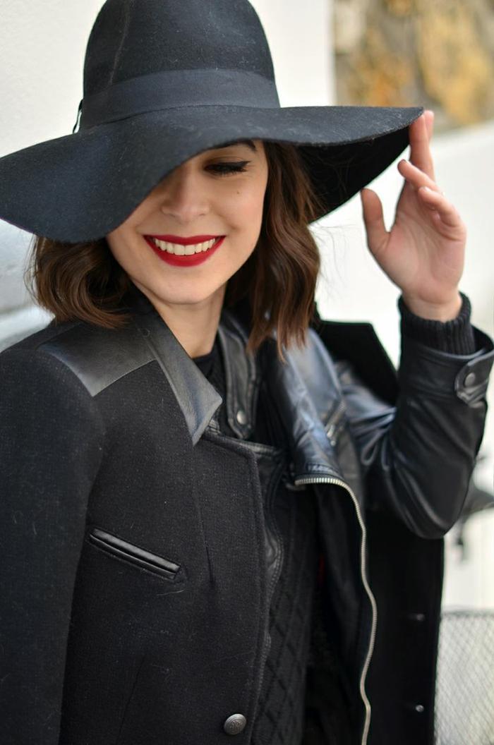 capeline-paille-chapeau-capeline-noire-tenue-de-jour-élégante-veste-cuir-levres-rouges