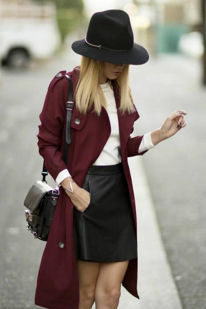 capeline-paille-chapeau-capeline-noire-tenue-de-jour-élégante-veste-longue-rouge