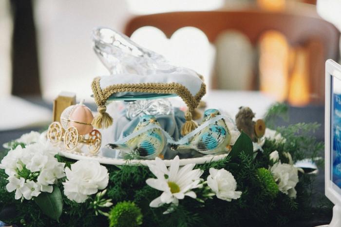 carrosse-cendrillon-Disney-centre-de-table-mariage-gâteau-cendrillon-blanches-fleurs-le-pantoufle