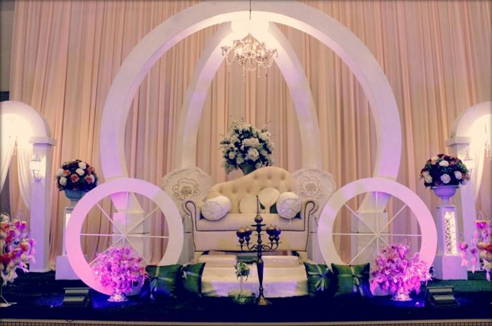 carrosse-cendrillon-aménagement-salon-mariage-photos-sofa-carosse-dedans-lustre-baroque