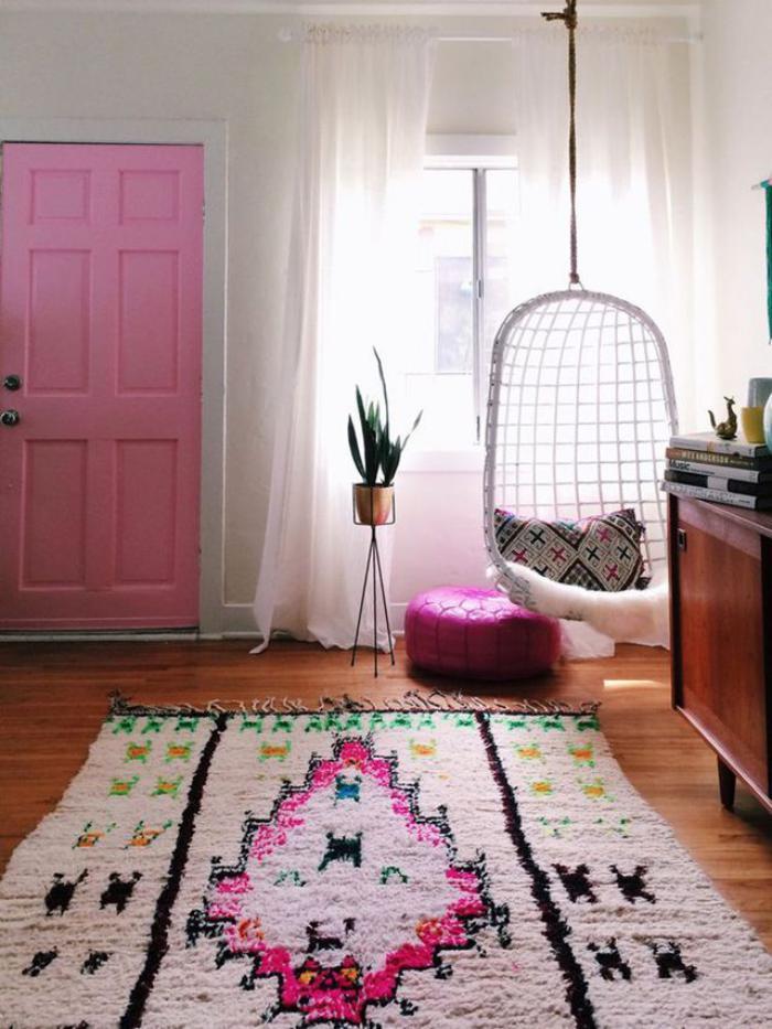 chaise-hamac-blanche-tapis-magnifique-porte-rose-douce