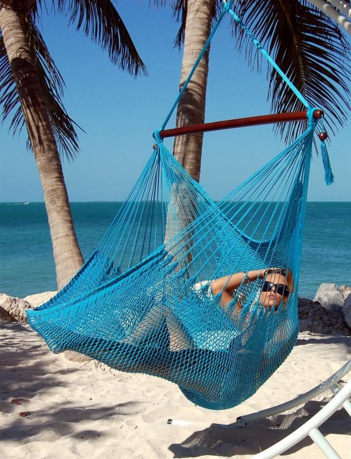 chaise-hamac-bleue-moments-de-détente-sur-la-plage
