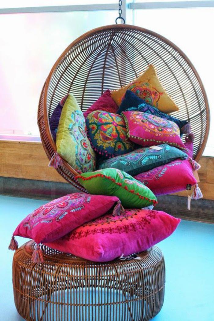 chaise-hamac-chaise-boule-avec-plusieurs-cousiins-décoratifs
