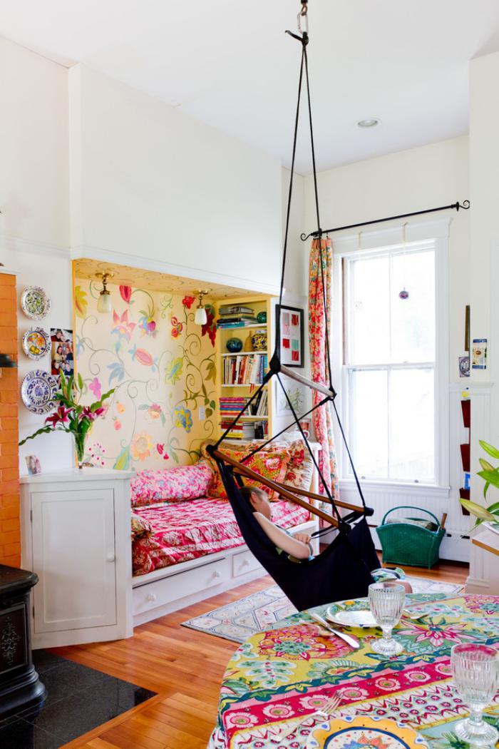 chaise-hamac-chaise-en-bois-et-textile-noir-suspendu-du-plafond