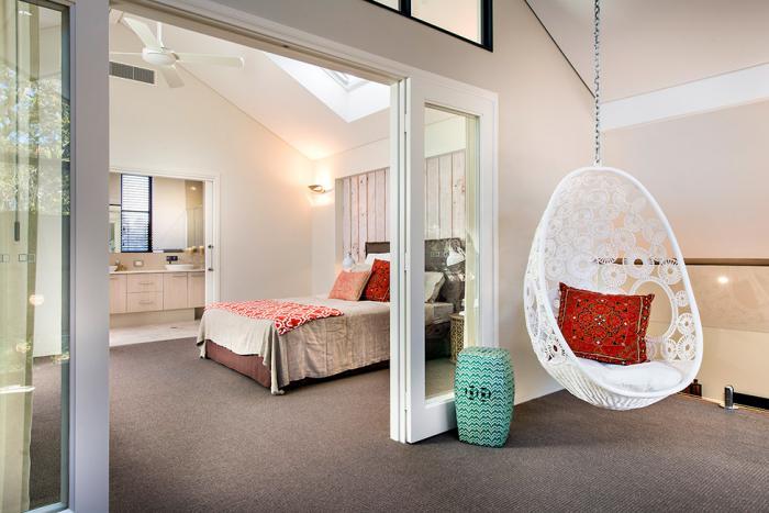 chaise-hamac-chambre-à-coucher-blanche