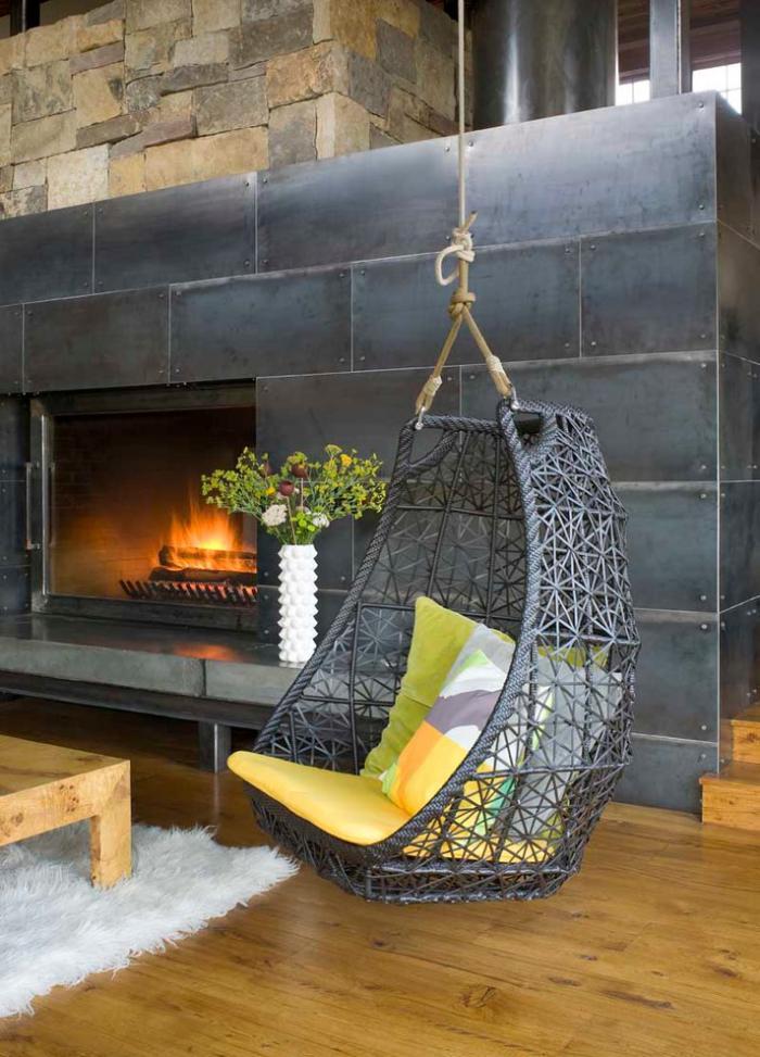 chaise-hamac-cheminée-manteau-en-métal-et-chaise-pendante-originale