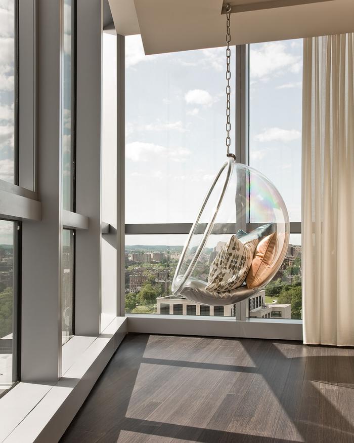 chaise-hamac-impressionnante-acrylique-grandes-fenêtres