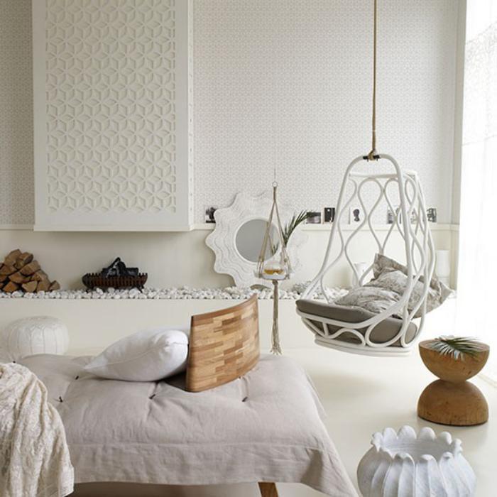 chaise-hamac-salle-de-séjour-blanche-avec-une-chaise-suspendue-blanche