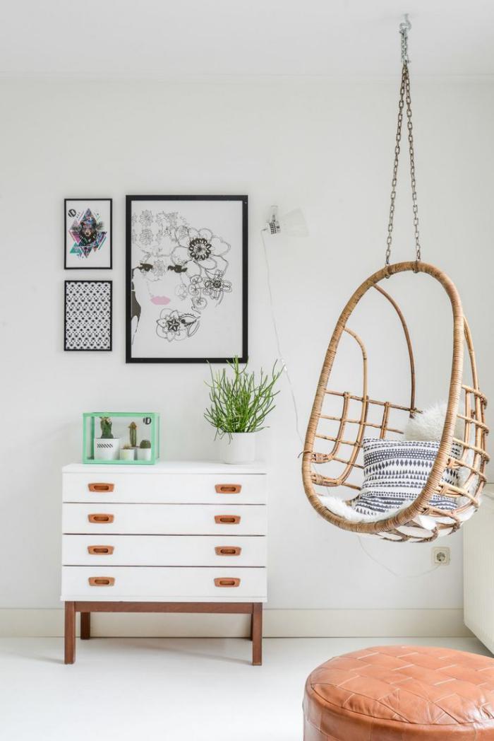 chaise-hamac-suspendu-osier-commode-blanche-laquée-pouf-en-cuir