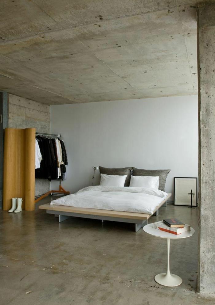 chambre-a-coucher-insolite-avec-leroy-merlin-beton-ciré-murs-blancs-plafond-gris