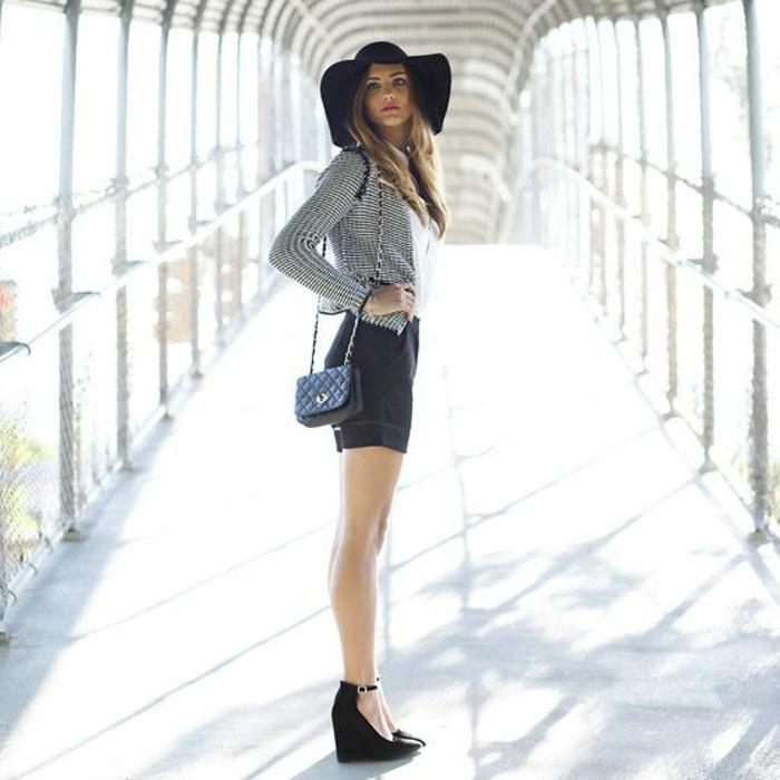 chapeau-capeline-femme-capeline-en-feutre-s-habiller-bien-noir-jupe-courte