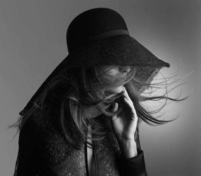 Comment porter la capeline noire 65 id es de tenue originale - Photo noir et blanc femme de dos ...