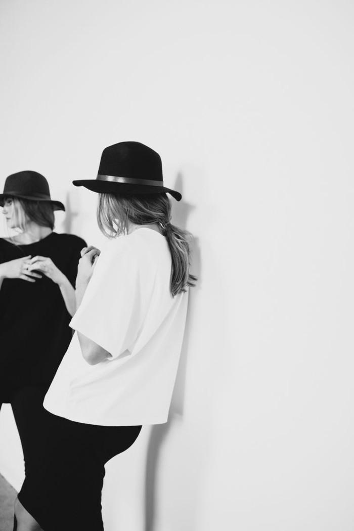 chapeau-capeline-feutre-noir-tenue-du-jour-femme-chique-stylé-photo-noir-et-blanc