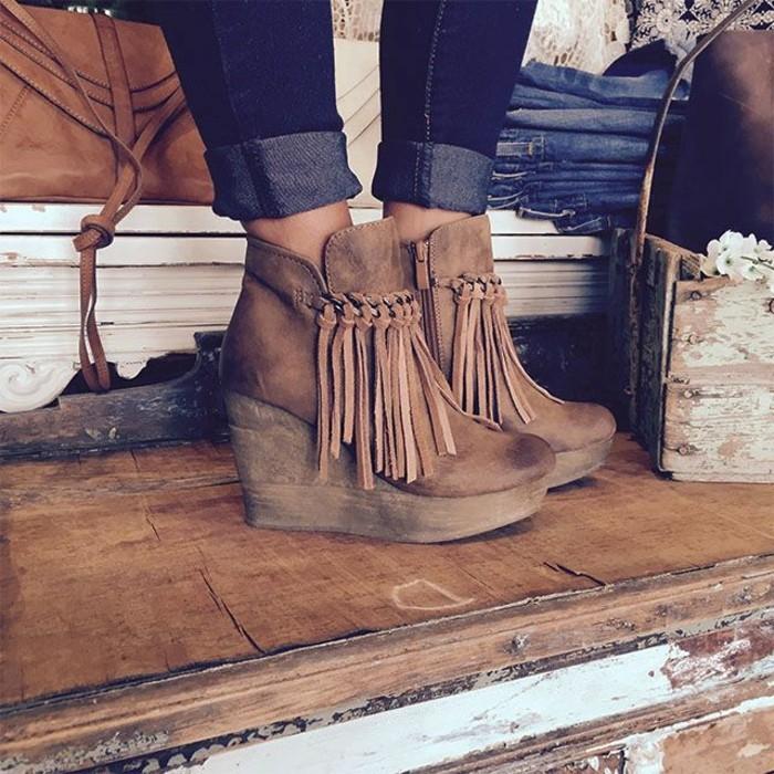 chaussures-compensées-avec-franges-portées-avec-des-jeans