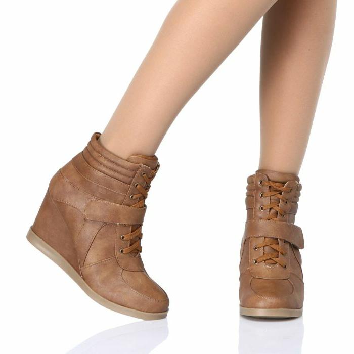 chaussures-compensées-baskets-beiges-à-talons-compensés