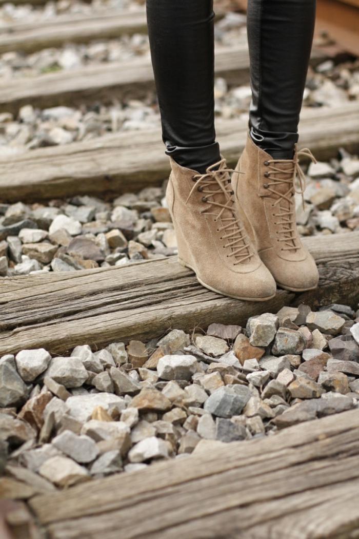 chaussures-compensées-bottes-beiges-velours-beige