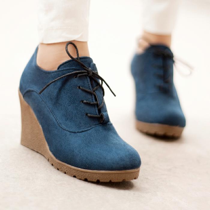 chaussures-compensées-chaussures-bleues-à-hauts-talons