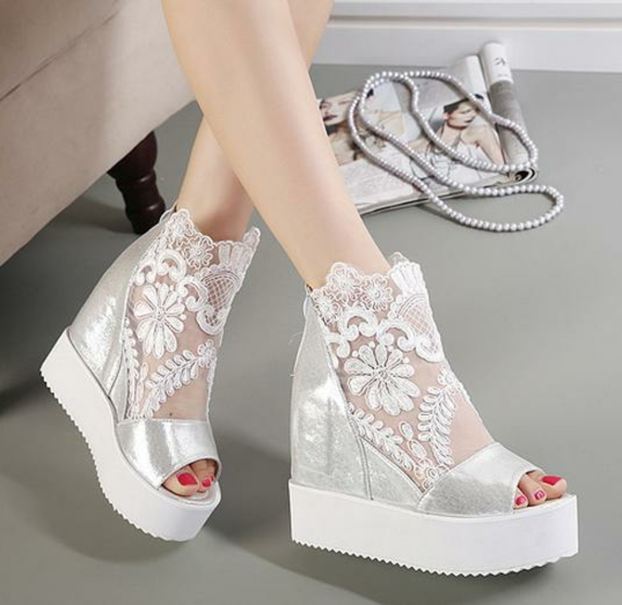 chaussures-compensées-dentelle-chaussures-blanches-bout-ouvert