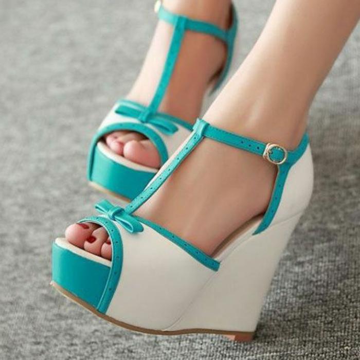 chaussures-compensées-en-blanc-et-bleu