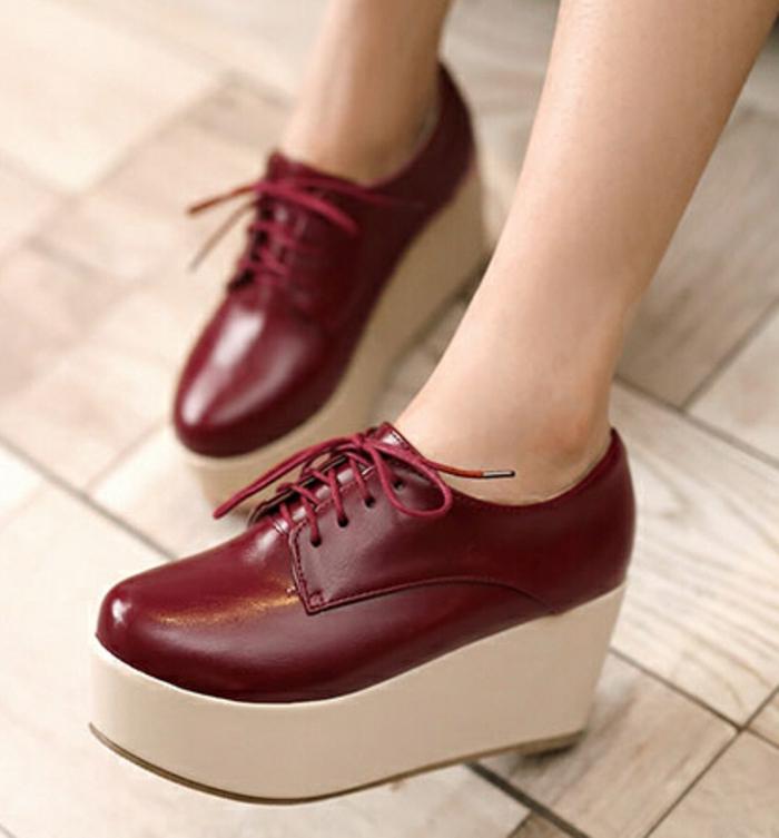 chaussures-compensées-en-bordeau-épurées-et-originales