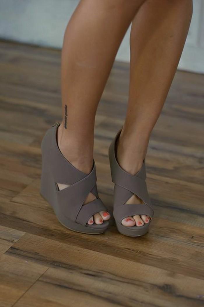 chaussures-compensées-en-couleur-taupe