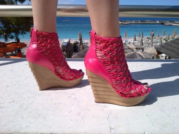 chaussures-compensées-en-rose-modèle-original