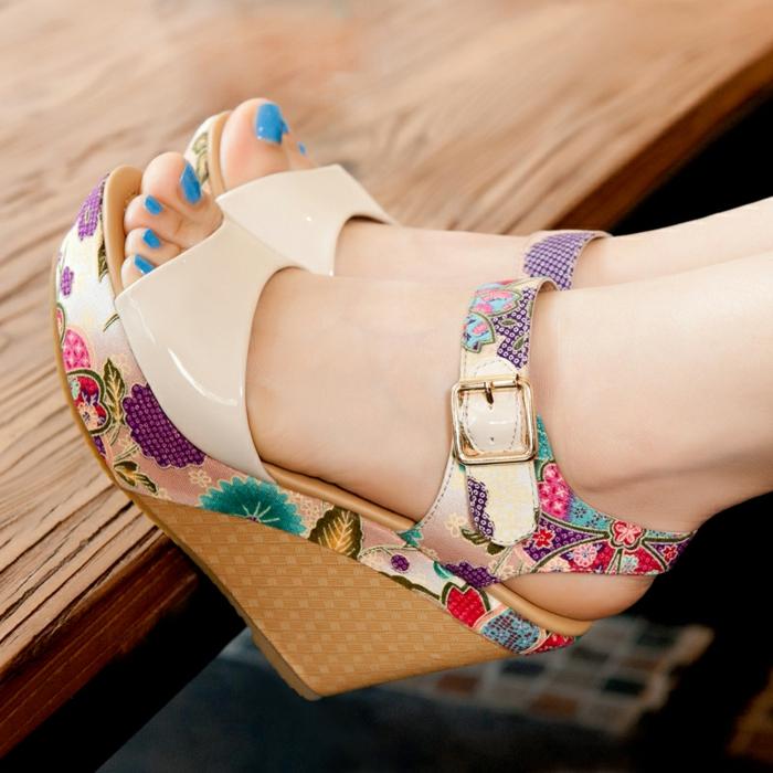 chaussures-compensées-modèle-joyeux-coloré