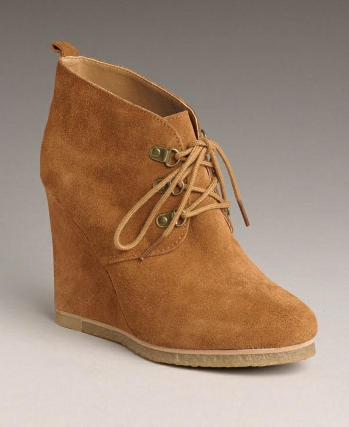 chaussures-compensées-modèle-beige-simple-et-élégant