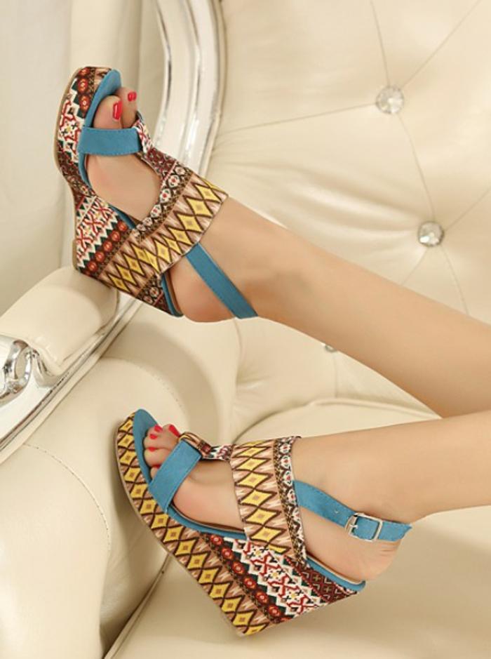 chaussures-compensées-modèle-boho-chic-bariolé