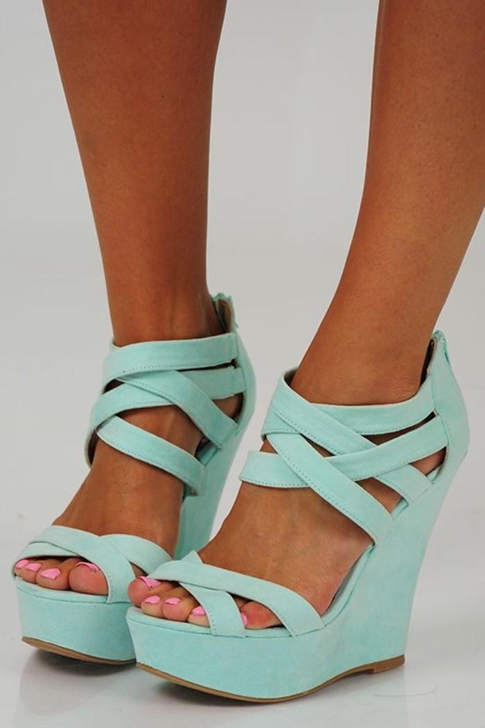 chaussures-compensées-sandales-compensées-en-bleu-clair