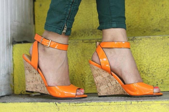 chaussures-compensées-sandales-oranges-stylées