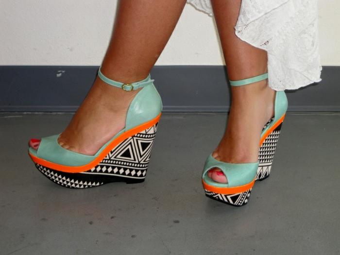chaussures-compensées-semelles-aux-imprimés-géométriques