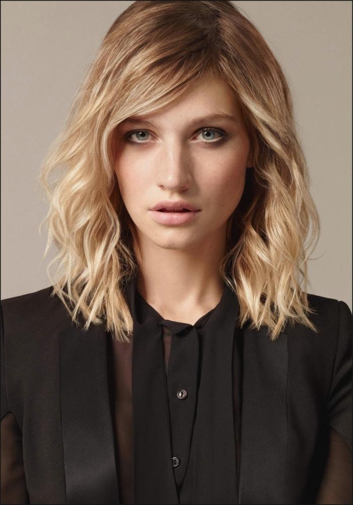 idée coupe de cheveux qui rajeunit, modèle coiffure à effet wavy, idée coiffure cheveux mi longs ondulés avec volume