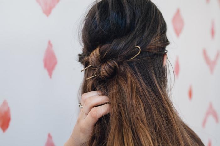 idée coiffure cheveux lisse, comment porter ses cheveux mi-attachés avec couronne en mèches twistées en arrière