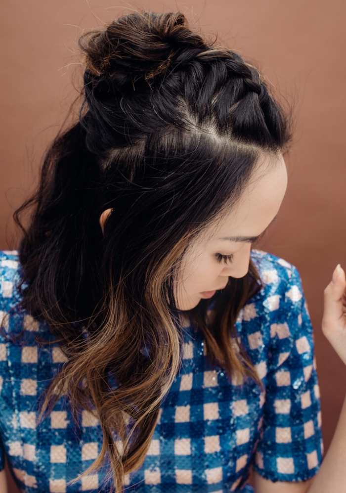 idée de coiffure facile et rapide pour cheveux longs ou mi longs, exemple frange tressée en arrière et chignon haut, idée de coiffure cheveux mi long