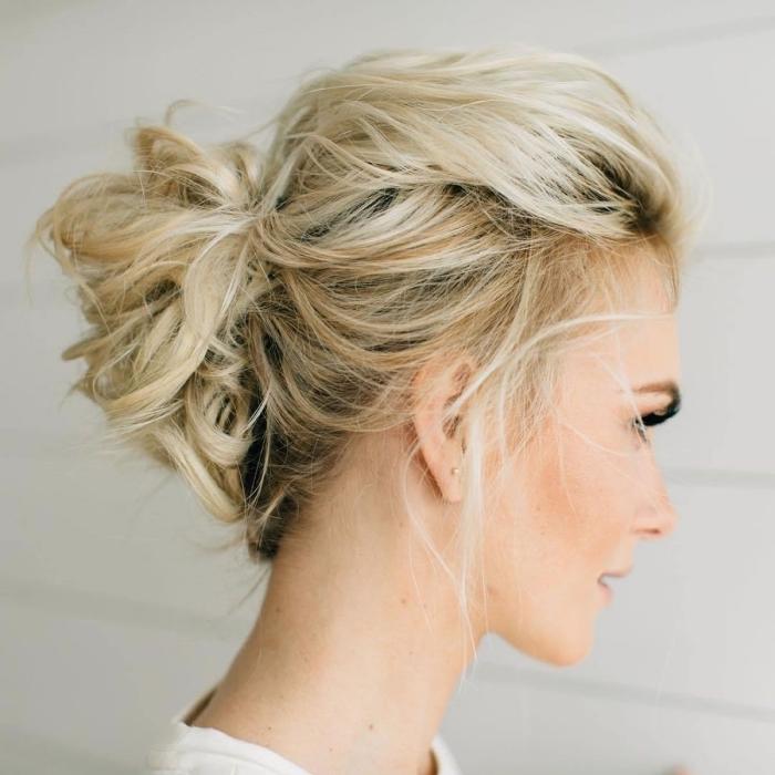 coiffure a faire soi meme, coloration tendance moderne avec longueurs éclaircies et racines foncées, idée comment s attacher les cheveux en chignon facile