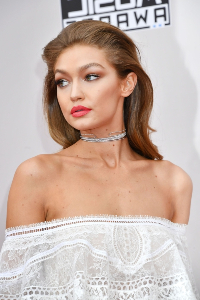 idée coiffure célébrité élégante de Gigi Hadid, exemple comment bien se coiffer pour une soirée, cheveux volumineux peignés en arrière